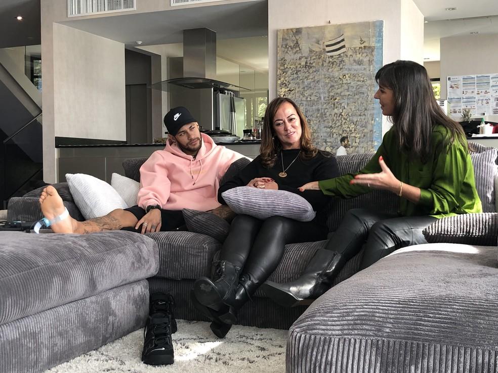 Neymar, com a mãe Nadine, em entrevista a Glenda Kozlowski para o Esporte Espetacular — Foto: Ivan Raupp