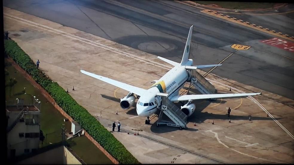 Avião presidencial na pista do Aeroporto de Congonhas aguarda Bolsonaro — Foto: Reprodução/TV Globo