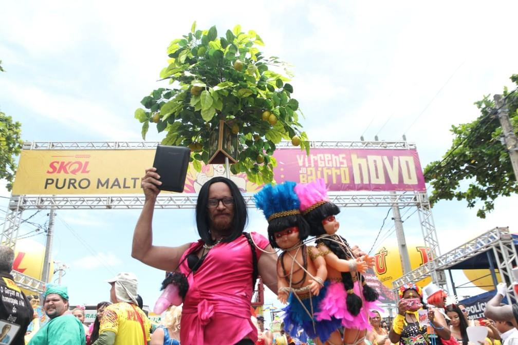 A ministra Damares Alves foi a fantasia escolhida pelo folião Evandro Viana para o desfile das Virgens de Bairro Novo, neste domingo (24), em Olinda — Foto: Aldo Carneiro/Pernambuco Press