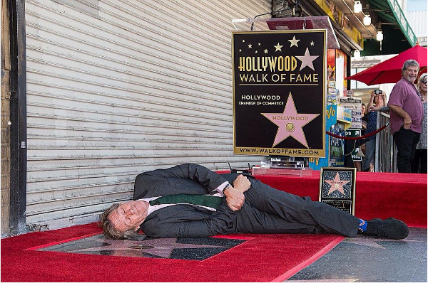 O ator Hugh Laurie deitado próximo à sua estrela na Calçada da Fama (Foto: Instagram)