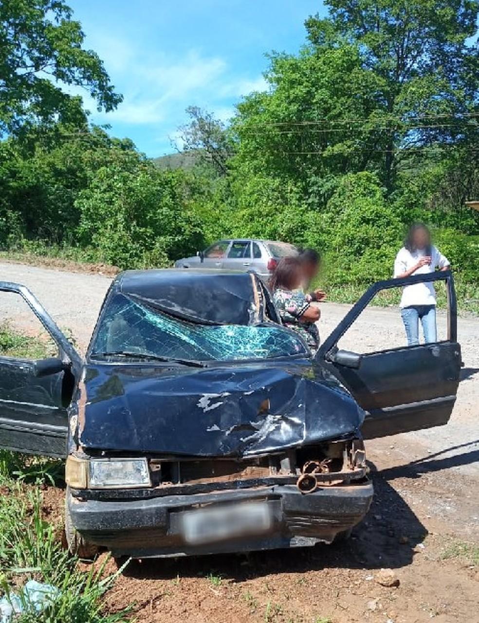 Carro que homem dirigia ficou com frente destruída — Foto: Polícia Civil/Divulgação