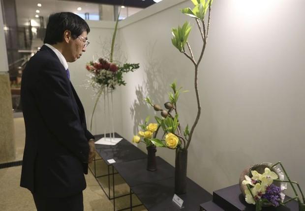 O embaixador do Japão, Akira Yamada, visita a exposição Ikebana - Expressão e Forma, que comemora os 110 anos da imigração japonesa no Brasil (Foto: Valter Campanato/Arquivo Agência Brasil)