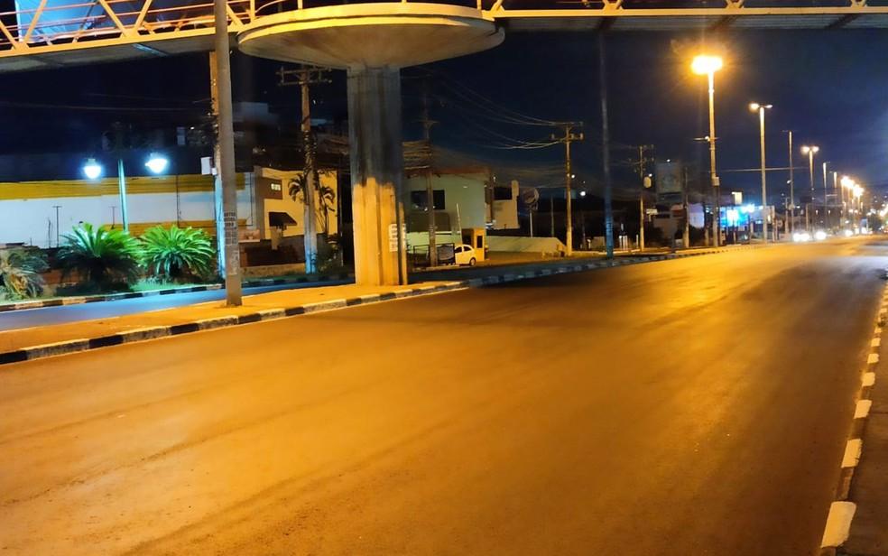 Avenida Santos Dumont, trecho municipalizado da Estrada do Coco, em Lauro de Freitas, vazio na noite desta sexta — Foto: Daniel Cardozo/Arquivo Pessoal