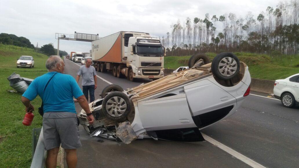 Idosa fica ferida em capotamento na Via Dutra em Itatiaia, no Sul do Rio