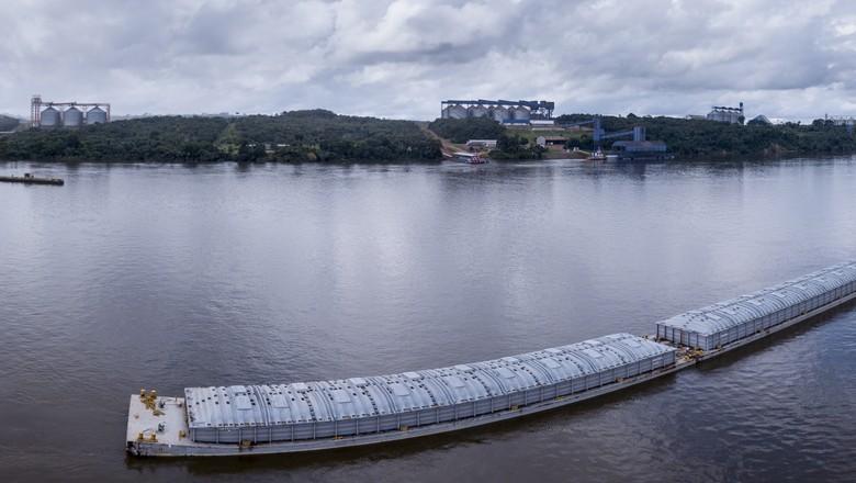Barcaças transportando grãos pelo rio Tapajós no Pará - Caminhos da Safra (Foto: Fernando Martinho/Ed.Globo)