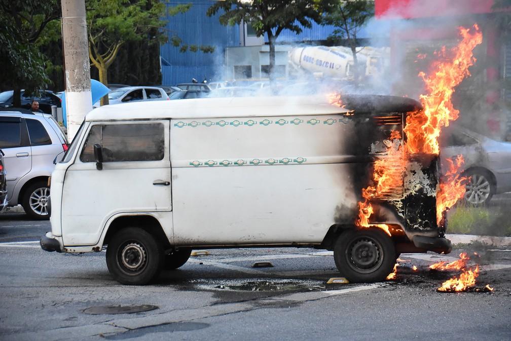 Uma kombi pega fogo no bairro do Rio Pequeno, em São Paulo, na manhã desta quinta-feira (28) — Foto: Ronaldo Silva/Futura Press/Estadão Conteúdo
