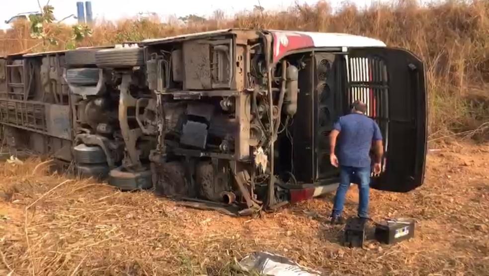 Ônibus saiu da pista e tombou às margens da BR-364 — Foto: Reprodução