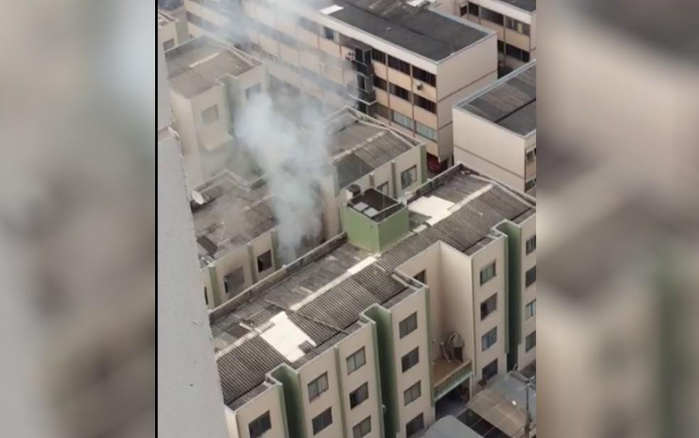 Apartamento pega fogo em Goiânia; mulher morreu após ter 72% do corpo queimado (Foto: Reprodução/TV Anhanguera)