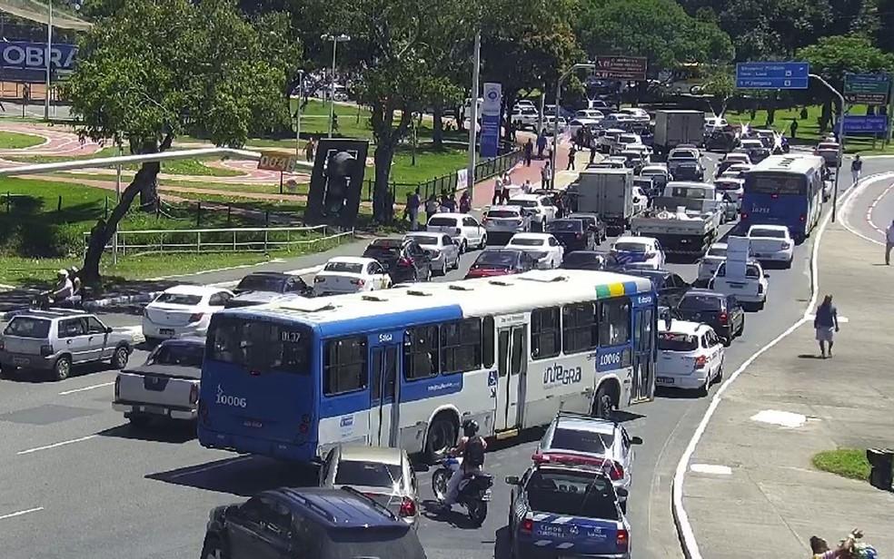 Protesto bloqueia tráfego nos Barris, região de acesso à Estação da Lapa, em Salvador (Foto: SSP-BA)