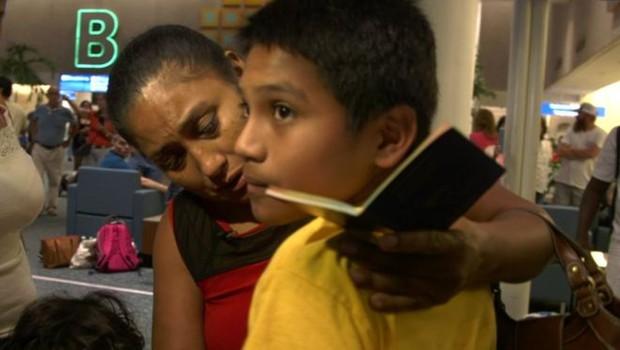 Rosa agora cuidará de Brayan, seu neto de 11 anos; ela teve que pedir empréstimo para conseguir os R$ 11 mil necessários para receber o menino (Foto: Paul Harris/BBC)