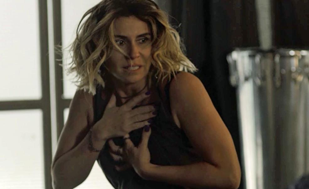 Luzia fica apavorada ao assistir à briga entre o seu filho e Remy (Foto: TV Globo)