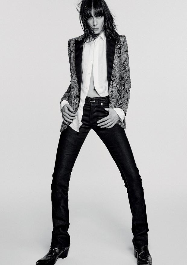 Smoking de veludo bordado (R$ 130.610) e camisa de seda (R$ 3.880). Botas de python (R$ 6.920) (Foto: Chris Colls)