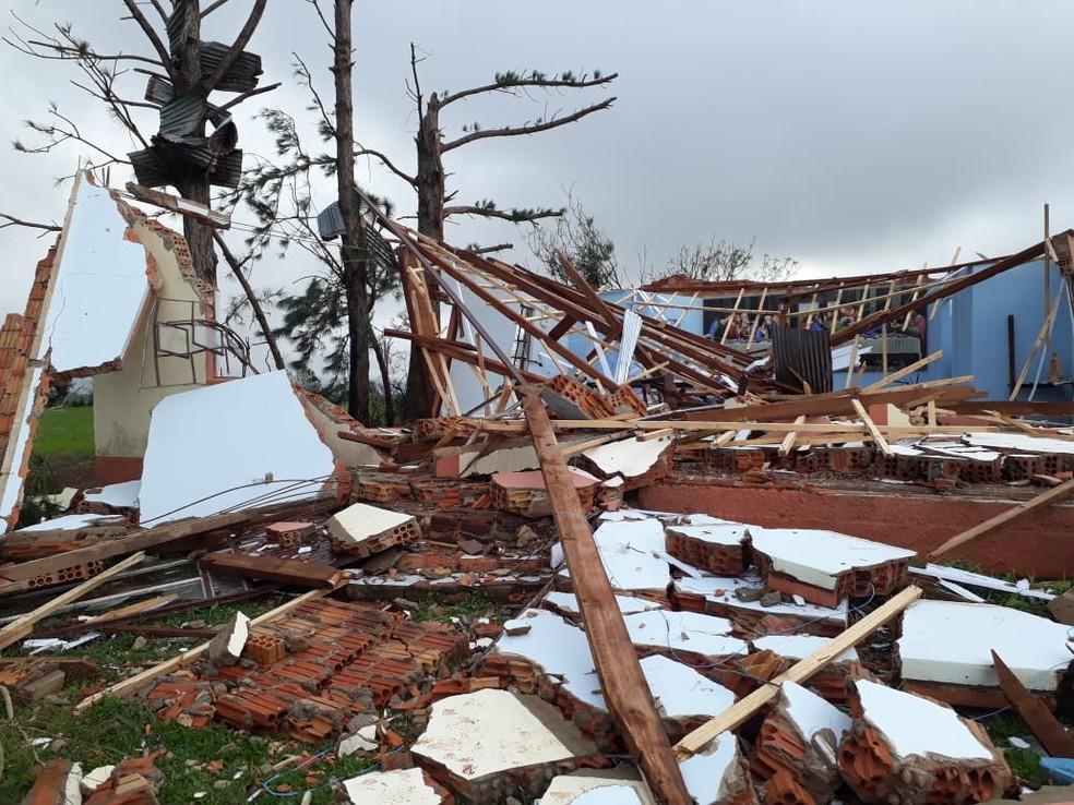 Em Ronda Alta, o salão da comunidade e uma igreja foram totalmente destruídos (Foto: Dulci Sachetti/RBS TV)