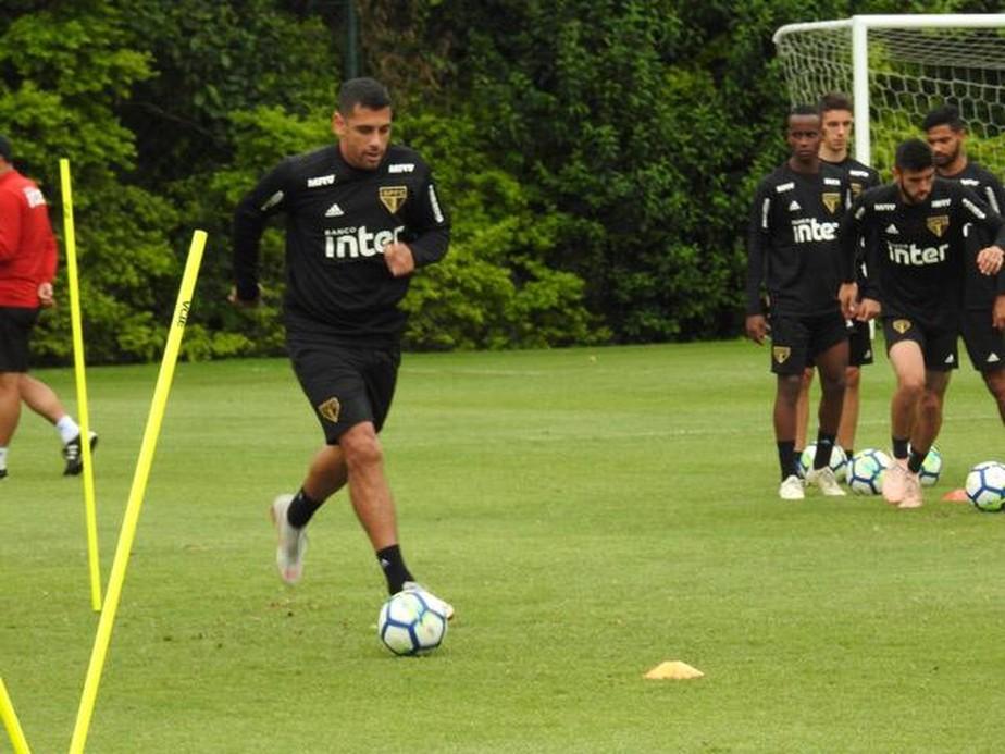 Corinthians x São Paulo: Diego Souza treina no campo e vai para o clássico