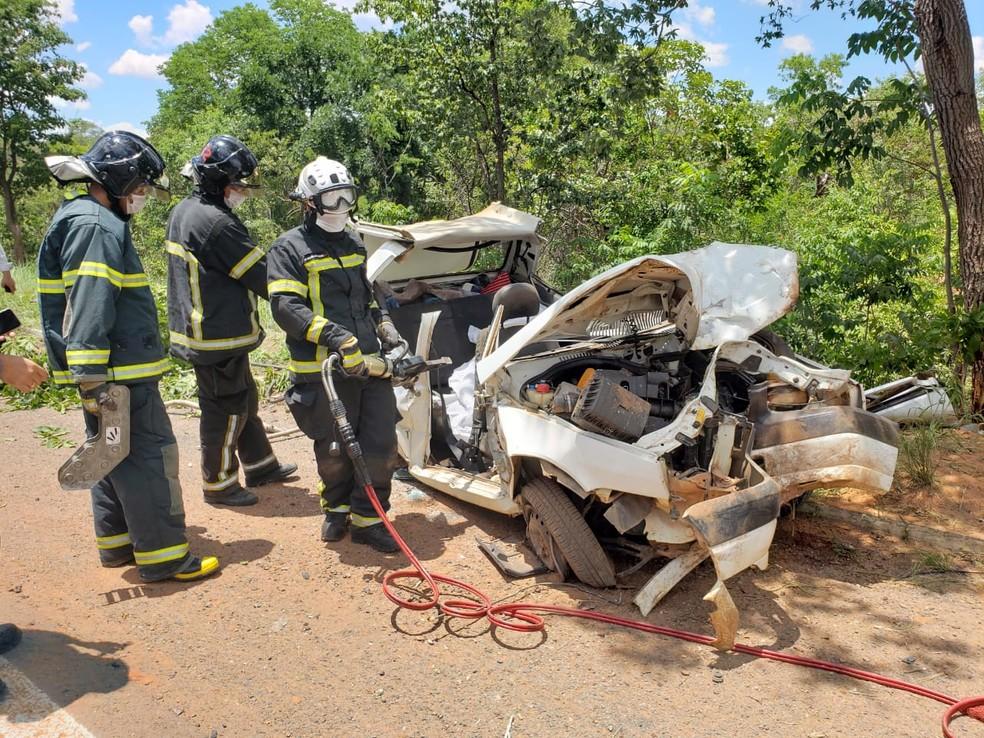 Idosa morre e quatro ficam feridos após carro bater em árvore na BR-242, no oeste da Bahia — Foto: Paiva/Blog do Braga