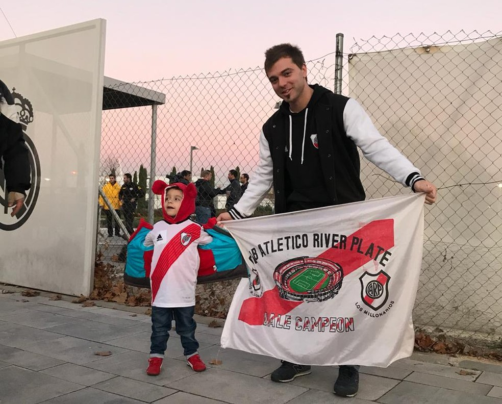 O dentista Piero Amendolagine e com o pequeno Einar na porta do CT do River em Madri — Foto: Martín Fernandez