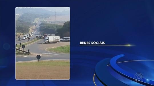 Caminhão tomba e motorista fica preso às ferragens em Barra Bonita