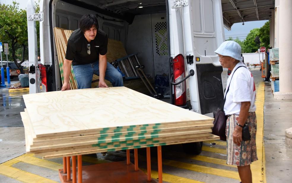 Moradores de Miami compram tábuas de madeira para proteger suas casas do furacão Dorian, na quinta-feira (29) — Foto: Michele Eve Sandberg/AFP