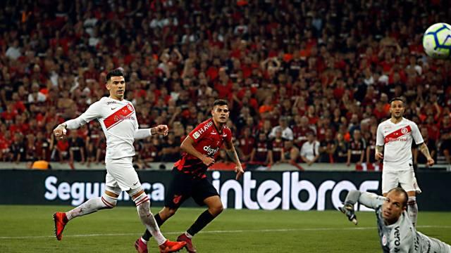 Athletico vence o Inter na Arena da Baixada