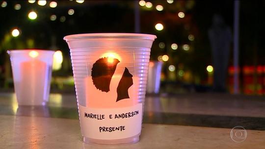 Manifestantes acendem velas em homenagem a Marielle Franco e ao motorista Anderson Gomes