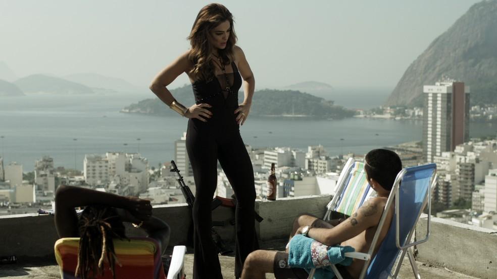 Em 'A Força do Querer', Bibi (Juliana Paes) dá dura em bandidos — Foto: Globo