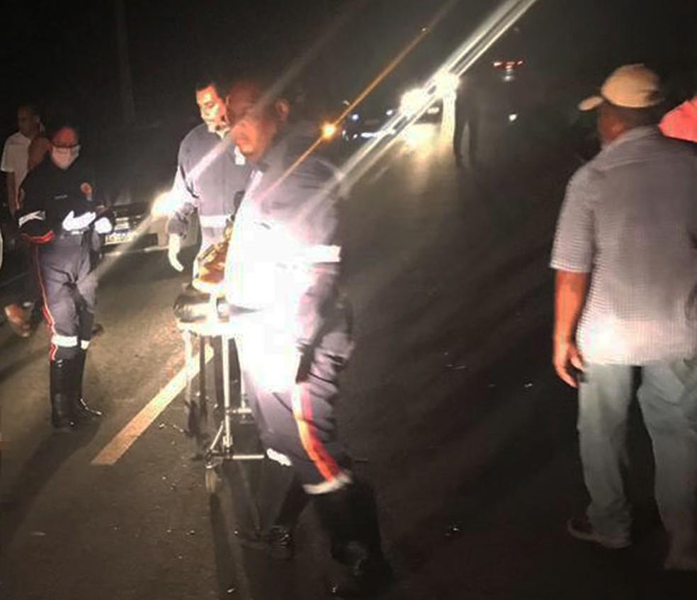 Socorristas do Samu na Estrada da Cascalheira, em Camaçari, após batida entre moto e carro  — Foto: Arquivo Pessoal