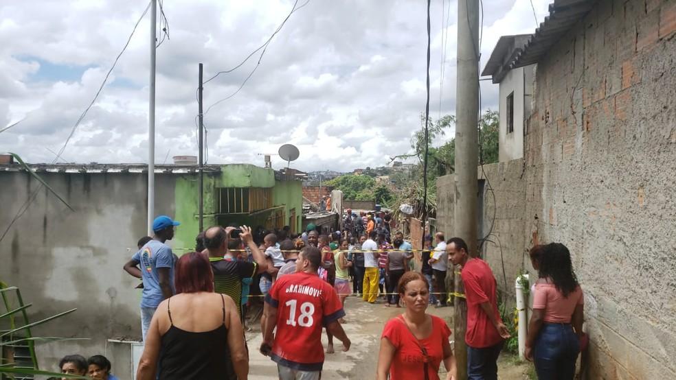 Nesta tarde, buscas por desaparecida continuavam em Ibirité — Foto: Carlos Eduardo Alvim/Globo