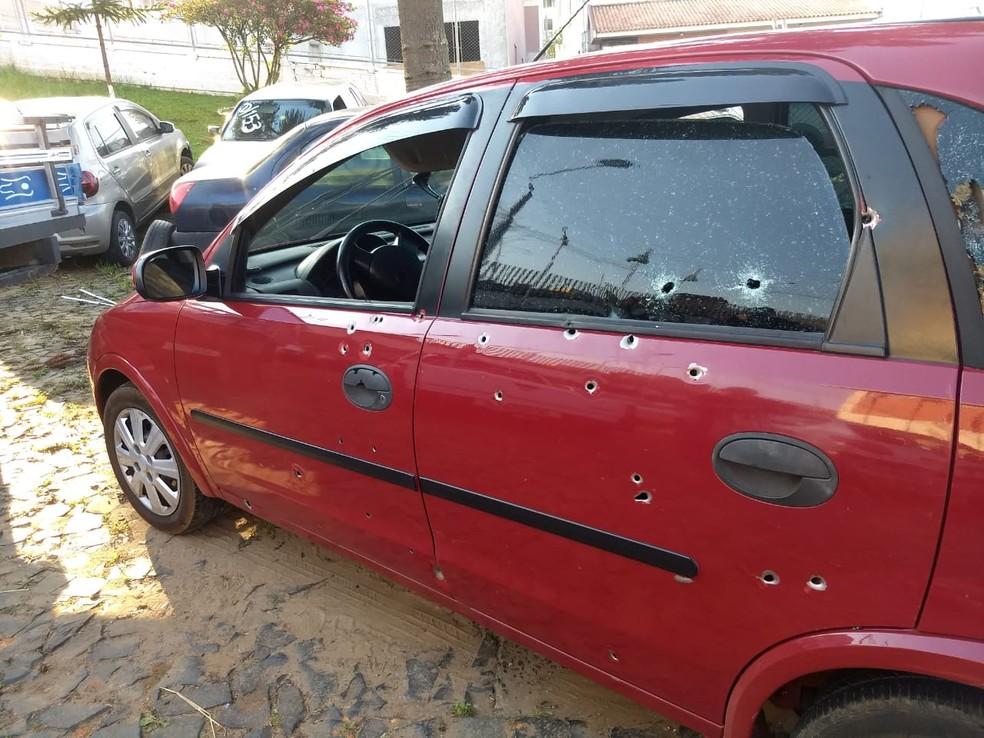 De acordo com a Polícia Civil, cerca de 50 tiros foram disparados contra o carro da família. — Foto: André Salamucha/RPC