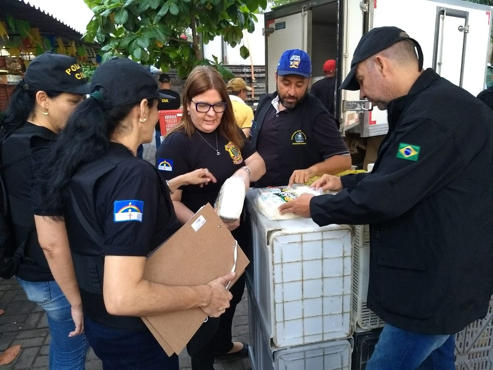 Equipes fiscalizam queijo coalho que seria vendido no Mercado de Afogados, no Recife, nesta terça-feira (18) — Foto: Paulo César/Polícia Civil