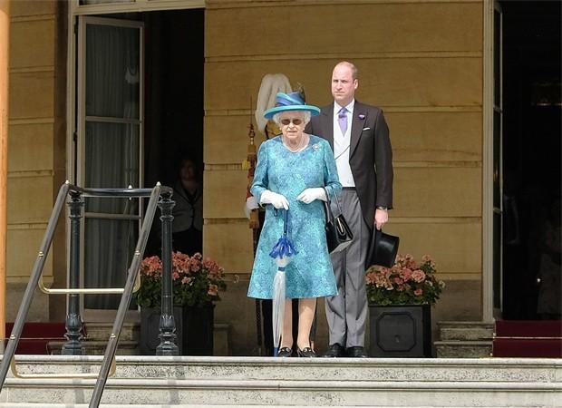 Rainha Elizabeth e Princípe William (Foto: Reprodução/Twitter)