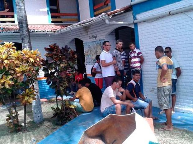 Candidatos aguardam início das provas na Escola das Dunas, em Extremoz (Foto: Luana Silva/G1)