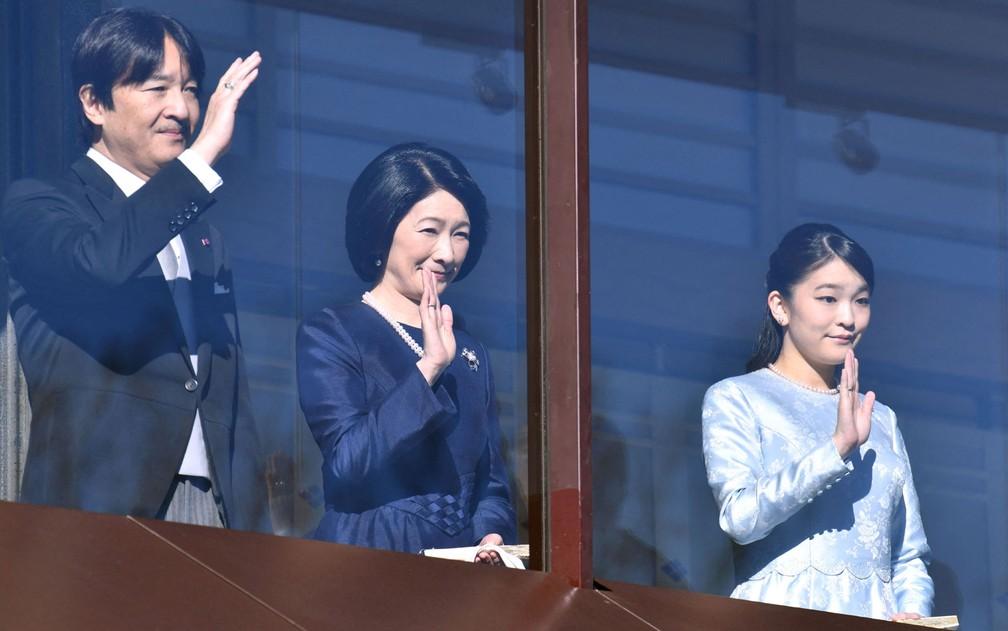 O príncipe Akishino e a princesa Kiko, acenam ao lado de sua filha, a princesa Mako, em foto de 2 de janeiro de 2018 — Foto: Kazuhiro Nogi/AFP