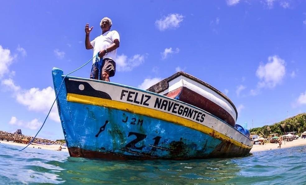 Orlando Souza e o barco Feliz Navegantes — Foto: Doug Monteiro/Acervo Pessoal