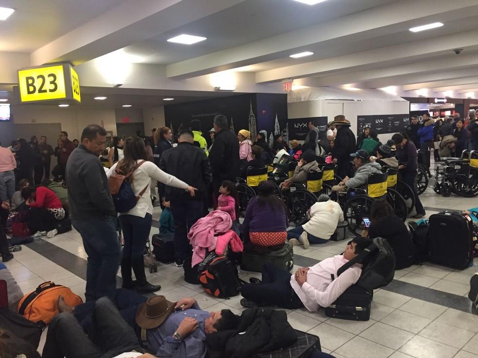 Passageiros aguardam voo atrasado no aeroporto JFK, em Nova York, neste sábado (6) (Foto: Monica Portella/Arquivo Pessoal)