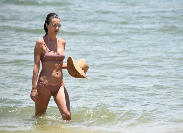 AGN_1451614 - *EXCLUSIVO* santa catarina, BRASIL  - Alessandra Ambrosio passeia na praia Brava em Florianópolis.Pictured: Alessandra AmbrosioAgNews 7 JANEIRO 2019 BYLINE MUST READ: agnews / AgNews Xico Silvatelefone: (21) 98240-2501email: agnew (Foto: agnews / AgNews)