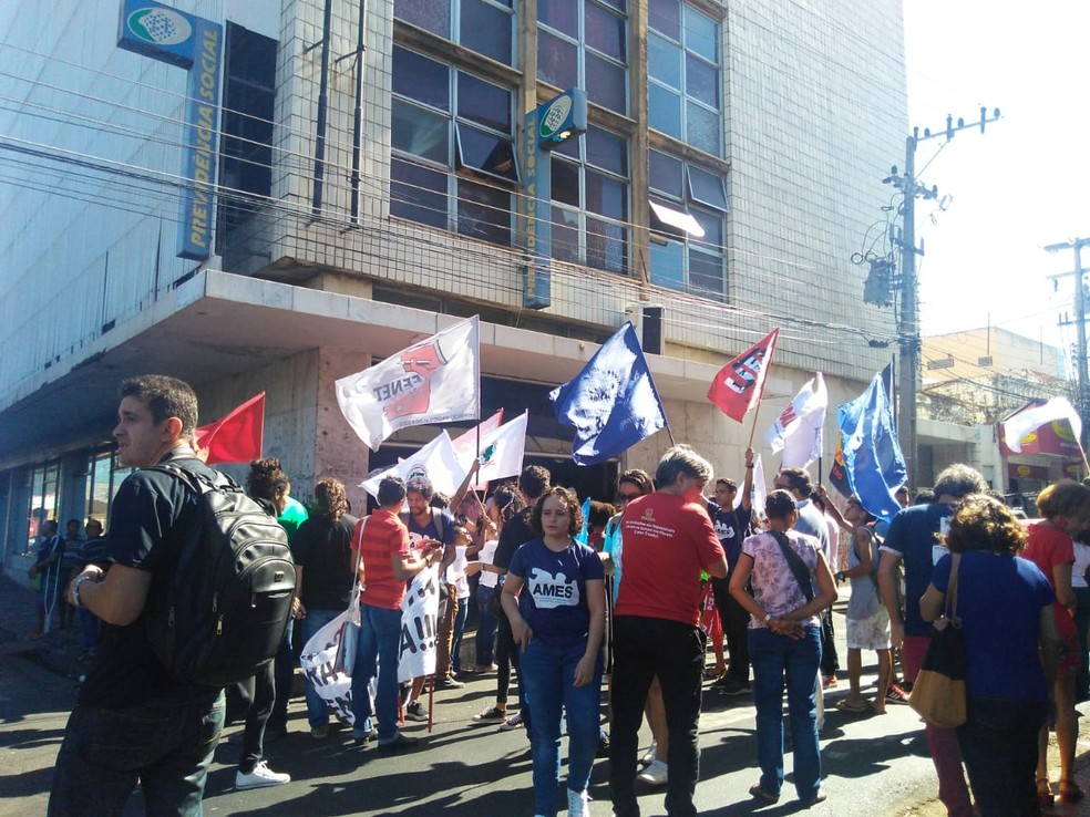 TERESINA, 9h15min: Manifestantes com cartazes no Centro da capital — — Foto: Foto: Gilcilene Araújo/G1