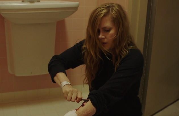 Camille (Amy Adams) se automutilou em 'Sharp objects'. Em uma das sequências, ela usou um parafuso para cortar o braço (Foto: HBO )