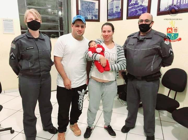 'Foi uma bênção', diz mãe de bebê salvo por policiais após se afogar com leite materno