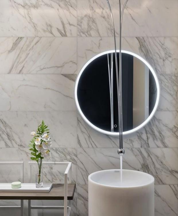 O mármore sai da bancada da cozinha e reveste todos os banheiros da casa (Foto: Realtor/ Reprodução)