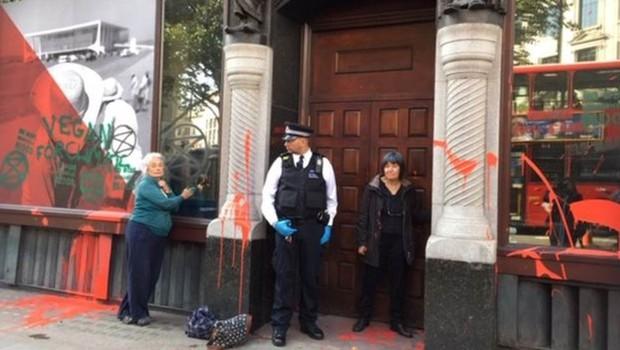 Por meio de nota, a Embaixada do Brasil em Londres informou que 'está e sempre esteve aberta a receber quem quer que deseje dialogar sobre o Brasil e suas políticas públicas' (Foto: FERNANDA ODILLA/BBC)