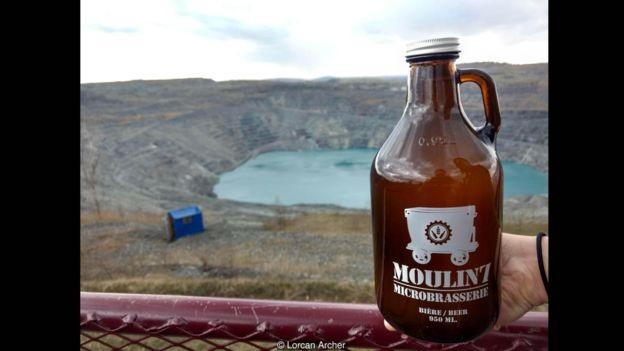 Uma das cervejas produzidas pela microcervejaria Moulin 7 utiliza a água que se acumulou no fundo da mina (Foto: Lorcan Archer via BBC News Brasil)