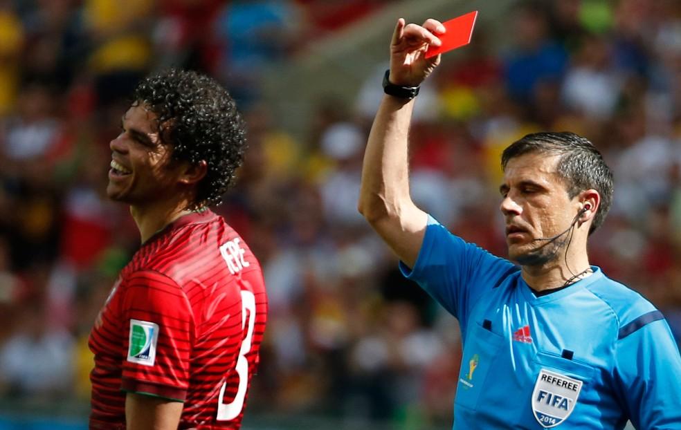 Na Copa de 2014, o árbitro Milorad Mazic expulsou Pepe, de Portugal, no duelo contra a Alemanha  (Foto: Agência Reuters)