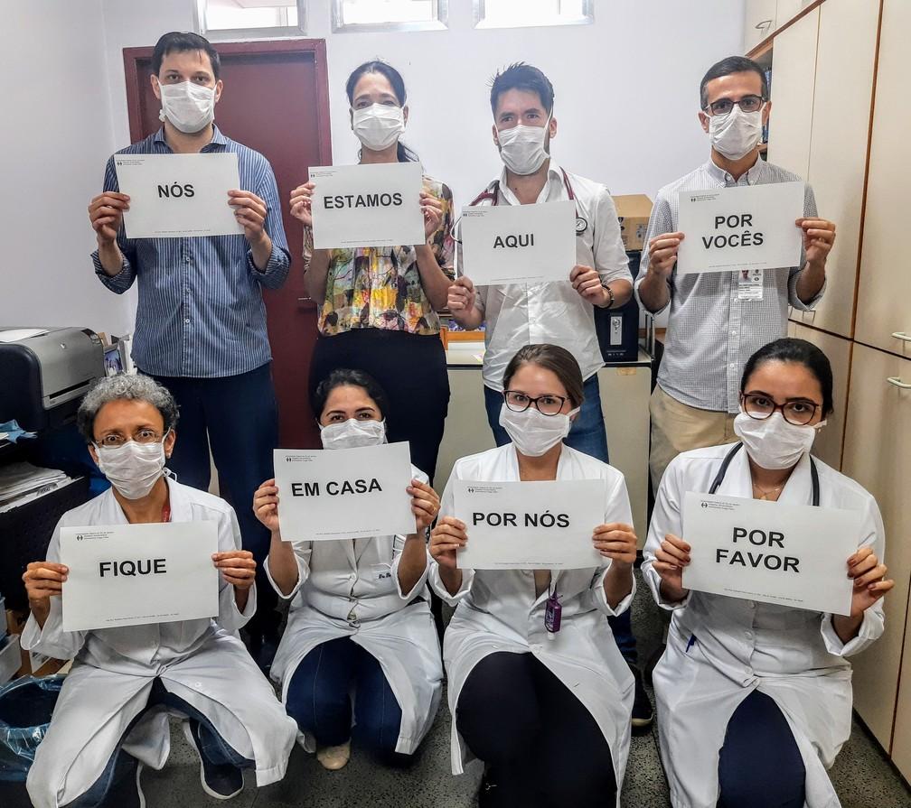 Equipe de Cardiologia do  Hospital Universitário Clementino Fraga Filho, conhecido como Hospital do Fundão/UFRJ, no Rio de Janeiro, pede que as pessoas fiquem em casa — Foto: Aline Souza de Abreu/Arquivo pessoal via VC no G1