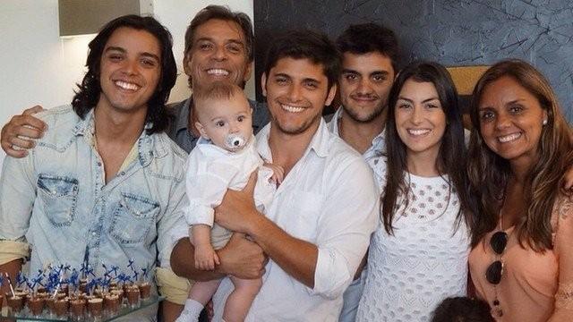Rodrigo Simas, Beto Simas, Bruno Gissoni com Joaquim no colo, Felipe Simas, Mariana Uhlmann e Ana Sang (Foto: Reprodução/Instagram)