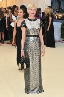 Michelle Williams com vestido metalizado Louis Vuitton