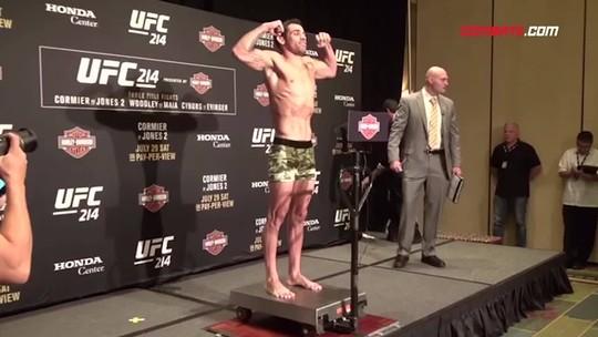 Cormier evita tocar em toalha, e Jones ameaça tirar o calção na pesagem