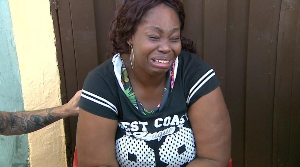 Mãe de Ayshila, Renata dos Santos Souza Gomes chora na porta da casa da família, em Ribeirão Preto, SP — Foto: Paulo Souza/EPTV