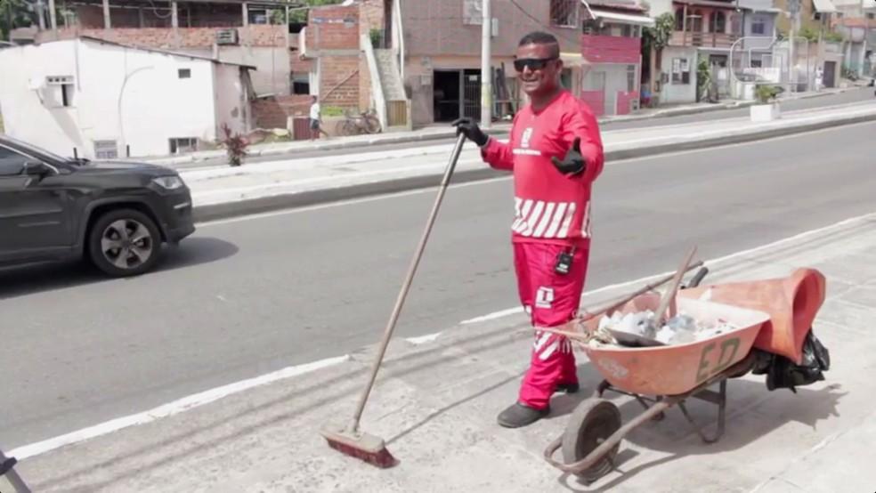 Gari em Salvador trabalha enquanto canta nas ruas em Salvador (Foto: Egi Santana/G1 Bahia)