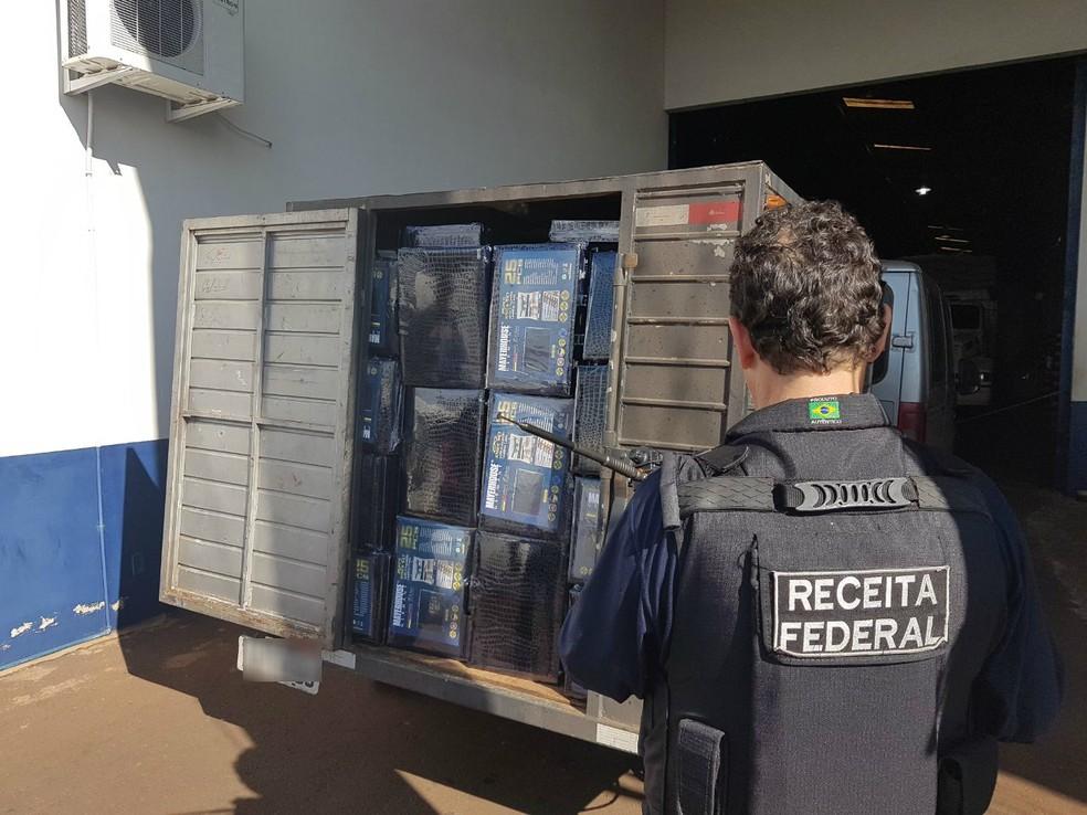 Receita apreendeu duas vans na BR-277, em Cascavel (Foto: Divulgação/Receita Federal)