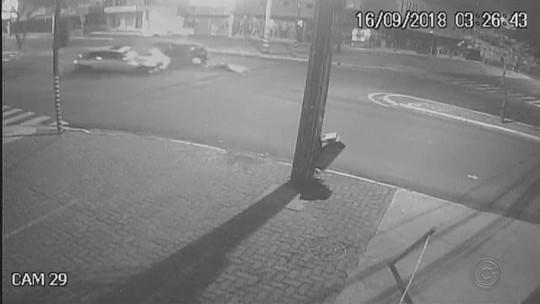 Câmera registra mulher de 60 anos sendo arremessada de carro em acidente com motorista embriagado; vídeo